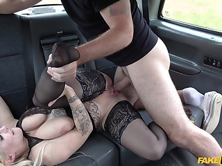 Taxi scullion fucks this mature woman surpassing their way way domicile