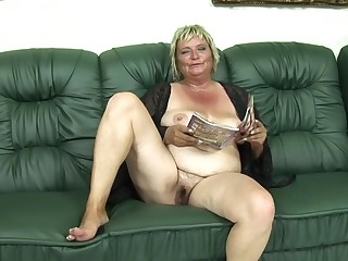 Blonde cougar Zsuzsanna gets her penurious cunt smashed on the couch